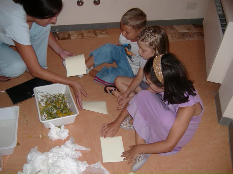 I bambini sperimentano giochi di luci eombre.